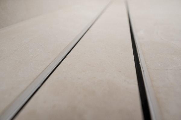 Detail: Ablaufrinne in Marmor