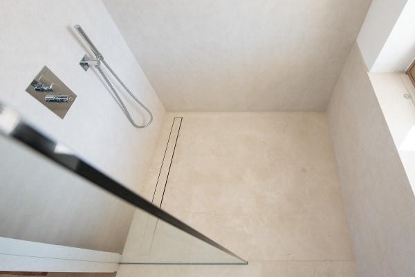 massive und in Gefälle gefräßte Duschtasse aus Marmor